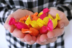 Naschen von Bonbons