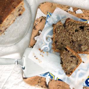Meranercake mit Schokostücken und Kaffee