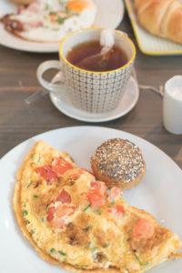 Omelette mit Tomaten und Feta zum Frühstück